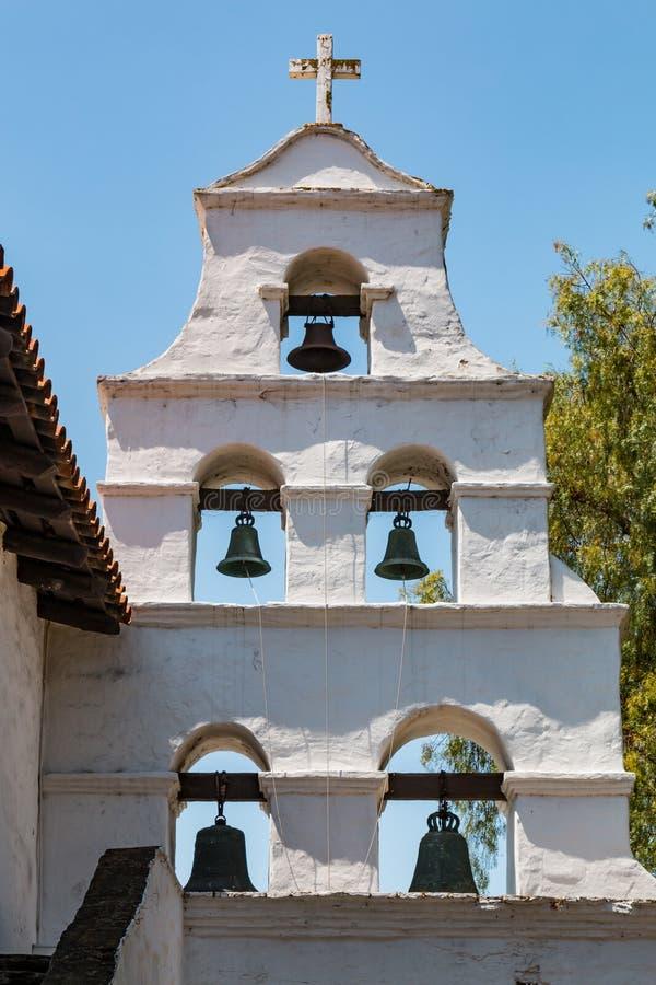 Glockenturm der Auftrag-Basilika San Diego de Alcala lizenzfreie stockbilder