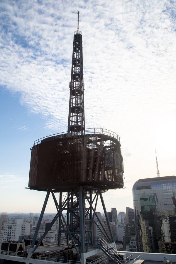 Glockenturm in der Gebrüllansicht mit einem blauen Himmel lizenzfreie stockfotos