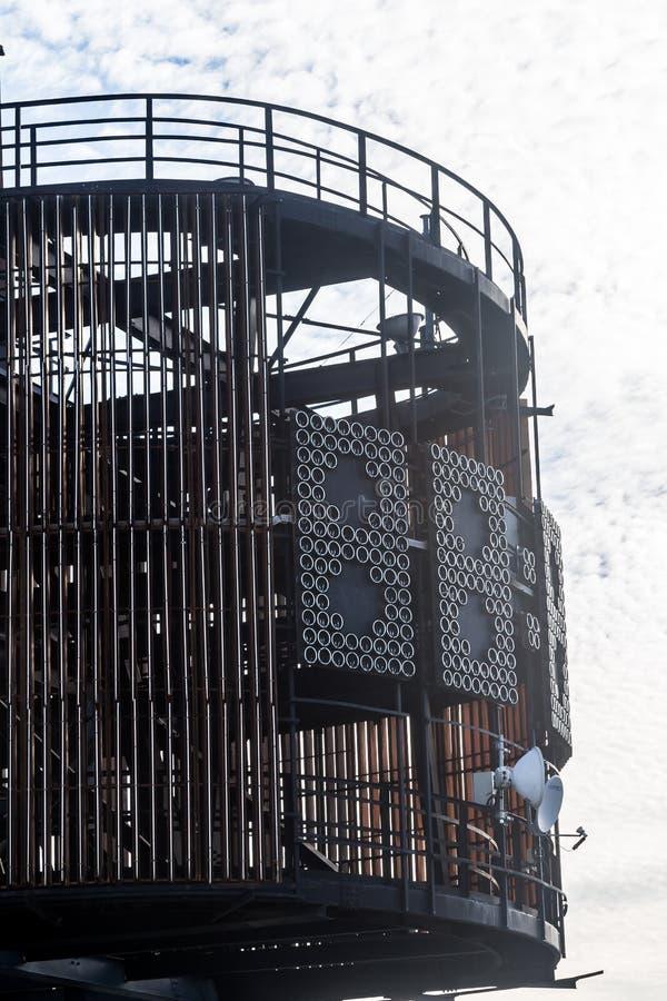 Glockenturm in der Gebrüllansicht mit einem blauen Himmel stockfotos