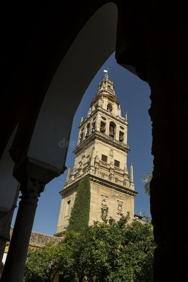Glockenturm der Moschee durch einen Bogen lizenzfreies stockfoto