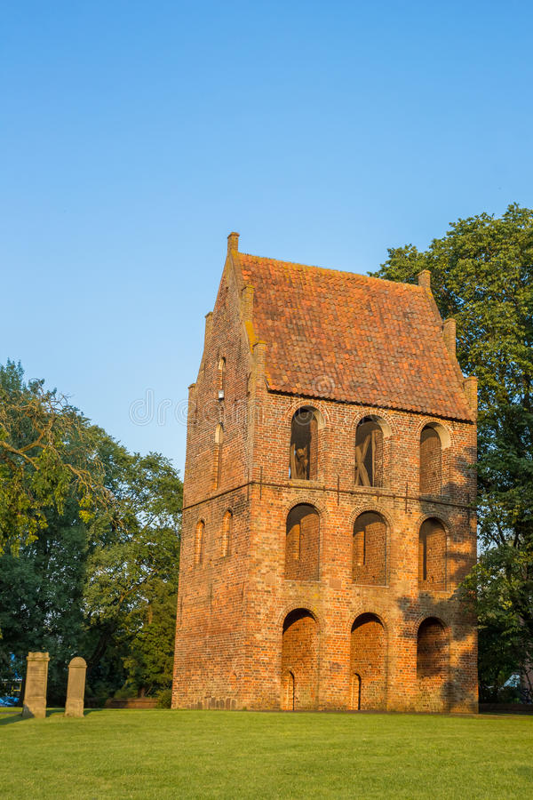 Glockenturm des Sankt Petri Church in Westerstede stockbild