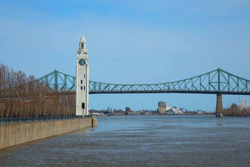 Glockenturm im alten Hafen in Montreal in Kanada lizenzfreie stockbilder