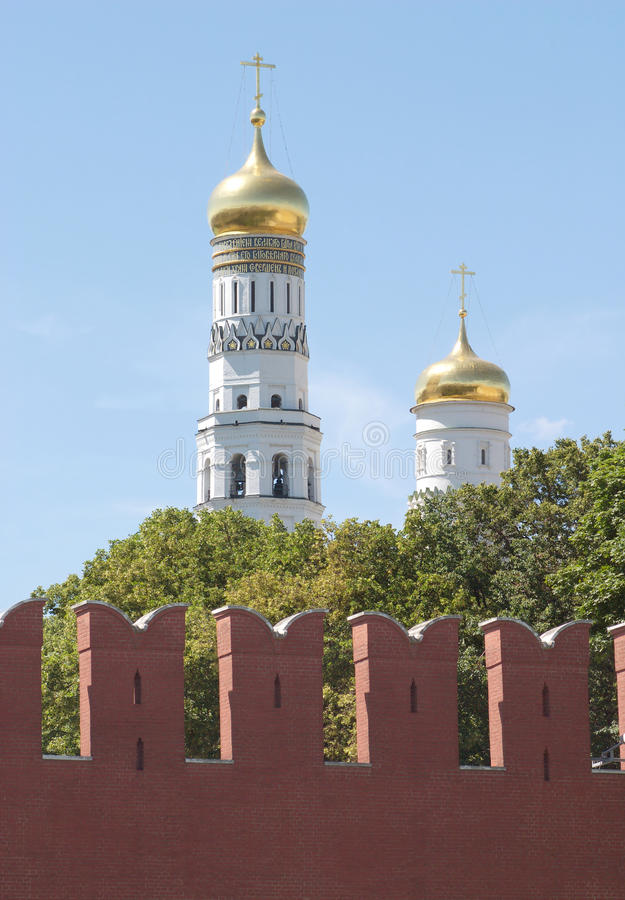 Glockenturm nach Kremlin-Wand in Moskau stockbilder