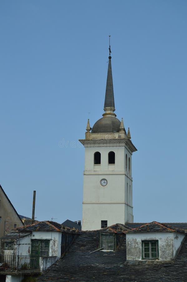Glockenturm Santiago Apostol Church And Housess mit den sehr alten Dächern praktisch eingelaufen Castropol lizenzfreie stockbilder