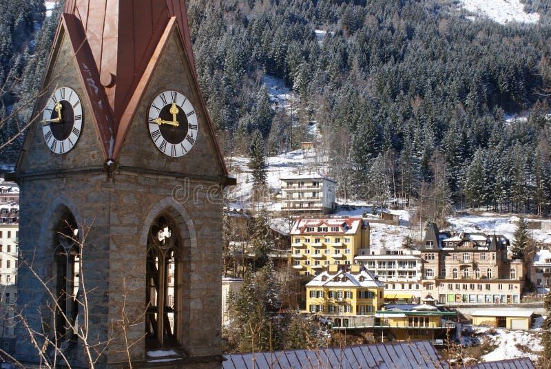 Glockenturm in schlechtem Gastein in den österreichischen Alpen lizenzfreies stockfoto