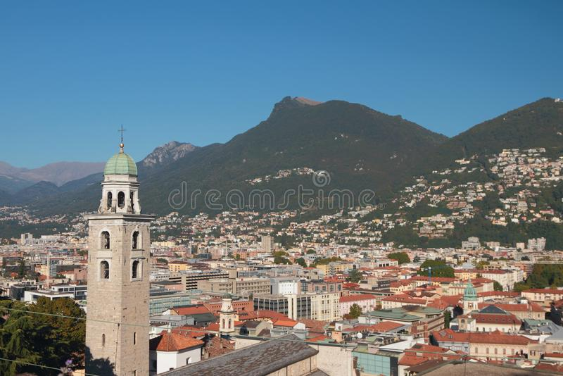 Glockenturm, Stadt und Vorberge von Alpen Lugano, die Schweiz stockfotografie