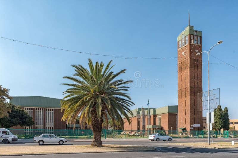 Glockenturm und Ernest Oppenheimer Theatre, in Welkom lizenzfreie stockfotos