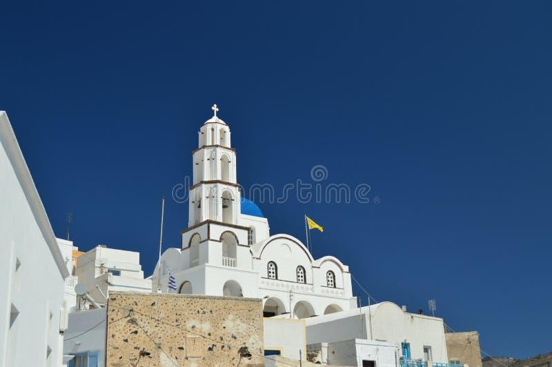 Glockenturm und Hauptfassade der schönen Kirche von Pyrgos Kallistis auf der Insel von Santorini Reise, Kreuzfahrten, Architektur lizenzfreies stockfoto