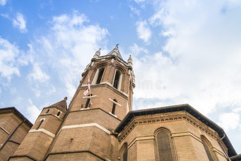 Glockenturm unter einem blauen Himmel in Rom stockfotos