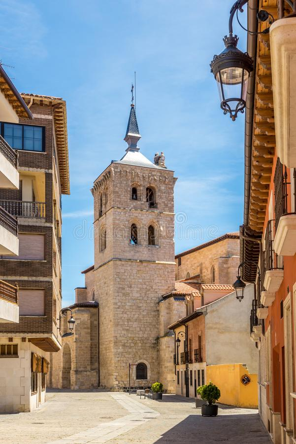 Glockenturm von Santa Maria la Real-Kirche in den Straßen von Aranda de Duero in Spanien lizenzfreie stockbilder