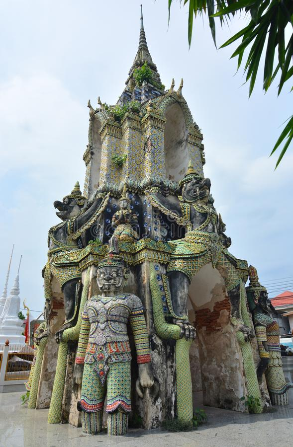 Glockenturmantike bei Wat Phraya Tham Worawihan lizenzfreies stockbild