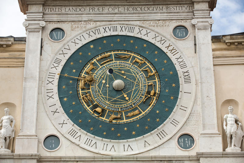 Glockenturmgebäude von den mittelalterlichen Ursprung, die Marktplatz dei Signori in Padua übersehen stockbilder