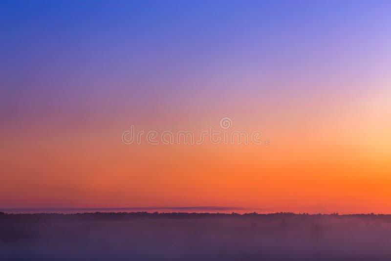 Gloed van de Minmalistic de mistige hemel vóór zonsopgang zonder zon royalty-vrije stock foto's