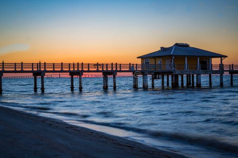 Gloed van Zonsopgang enkel voorafgaand aan zon die bij Fort DeSoto in Florida verschijnen stock afbeelding