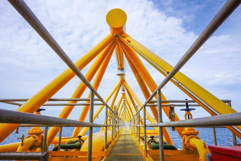 Gloedbrug van het platform van de gasproductie binnen voor de kust binnen onder stock foto