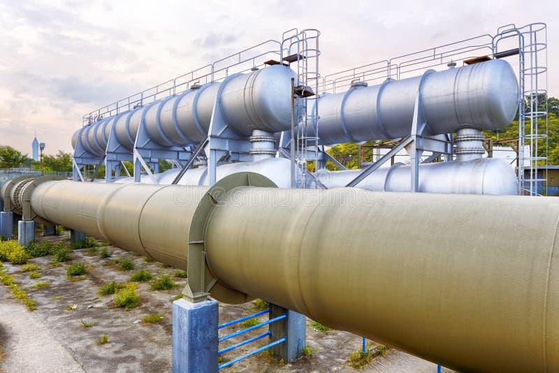 Gloedlicht van de petrochemische industrie op zonsondergang stock fotografie