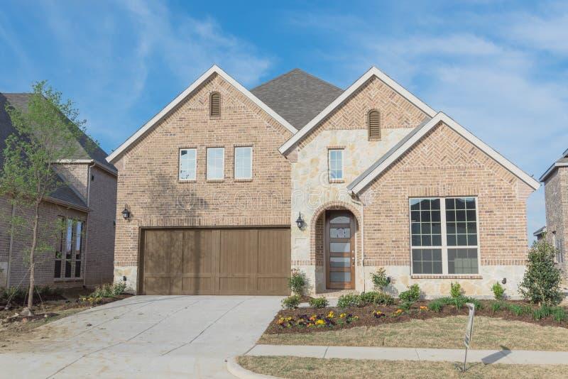 Gloednieuw twee verhaal woonhuis in Irving in de voorsteden, Texas, royalty-vrije stock foto's