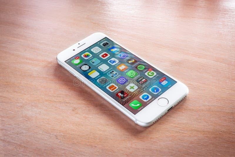 Gloednieuwe iPhone 7 zilver met het huisscherm royalty-vrije stock fotografie