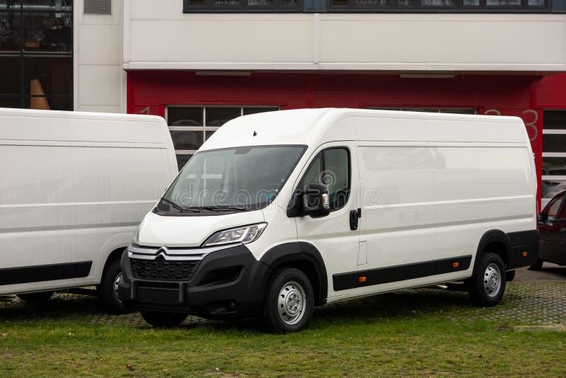 Gloednieuwe witte die de Verbindingsdraadbestelwagen van Citroën bij een te verkopen handelaarswachten wordt voorgesteld stock afbeeldingen