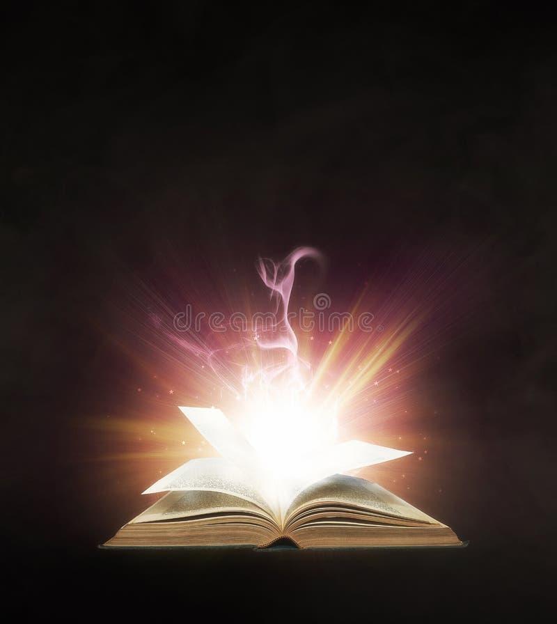 Gloeiend boek stock foto