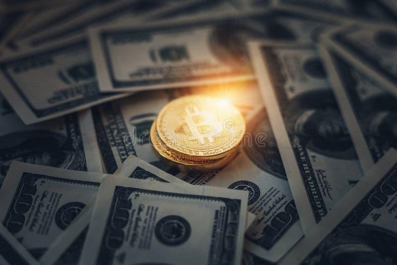 Gloeiend en glanzend muntstuk Bitcoin op een donkere achtergrond van document Amerikaans dollarsgeld royalty-vrije stock foto