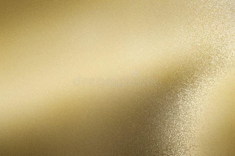 Gloeiend geborsteld gouden folie metaalblad, abstracte textuurachtergrond stock foto's