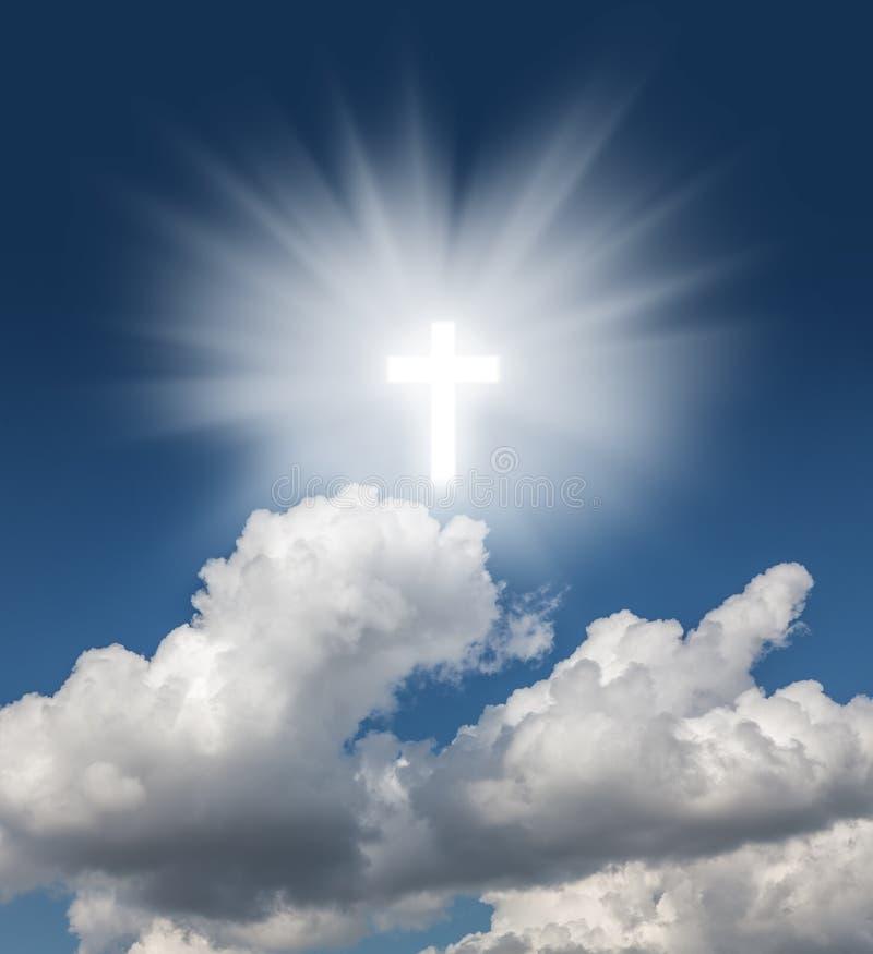 Gloeiend heilig kruis in de blauwe hemel royalty-vrije stock foto's