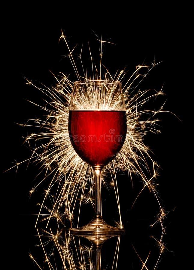 Gloeiend rode wijn en vuurwerk royalty-vrije stock afbeelding