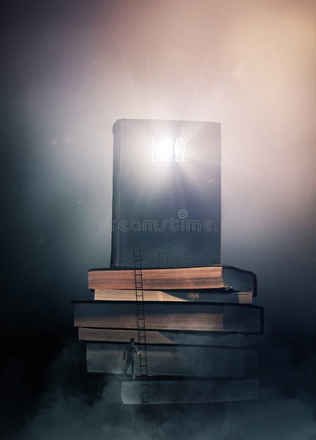 Gloeiende Bijbel op stapel boeken royalty-vrije stock afbeelding