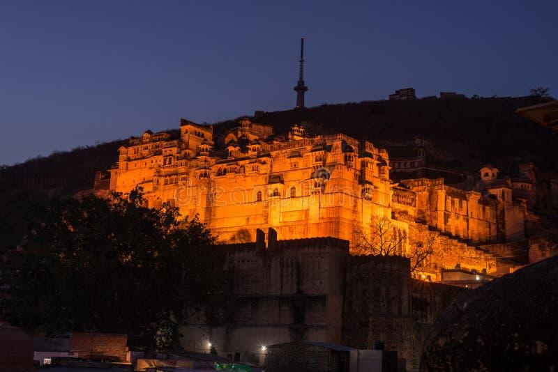 Gloeiende cityscape in Bundi bij schemer Het majestueuze fort streek op bovenkant neer die de stad overheersen Toneelreisbestemmi stock foto's