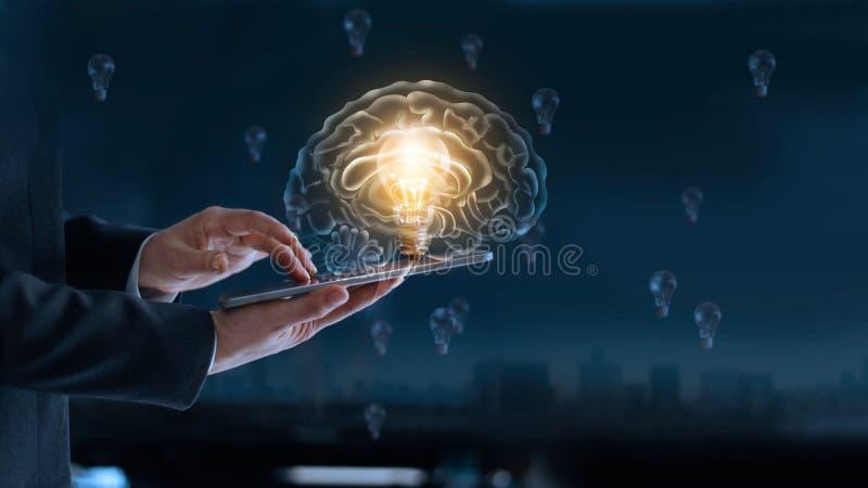 Gloeiende gloeilamp in hersenen over labtop van zakenman royalty-vrije stock afbeelding