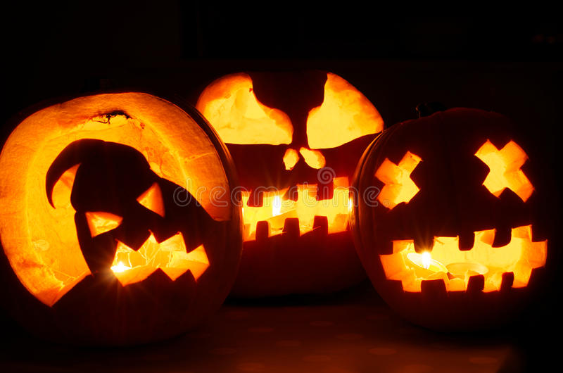 Gloeiende Halloween-Pompoenen royalty-vrije stock foto's