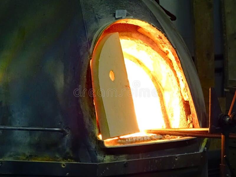 Gloeiende hete smeltende oven voor glasverwerking stock foto's