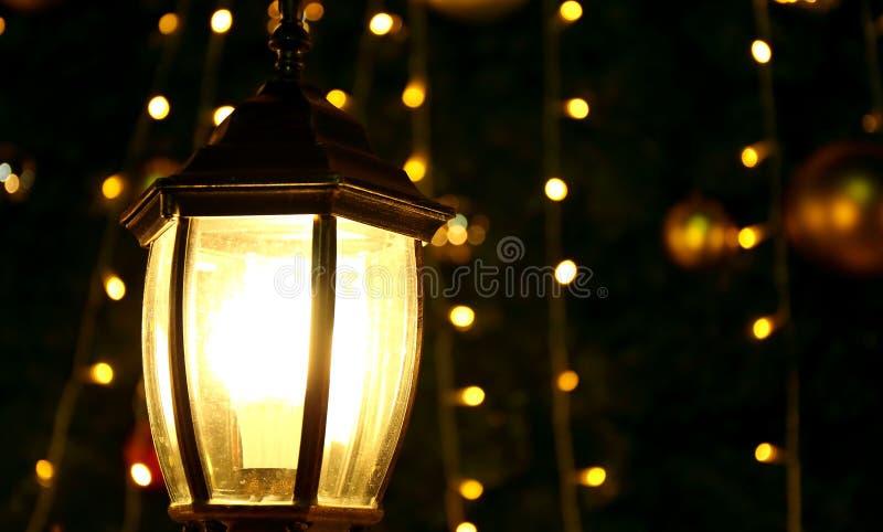 Gloeiende lamp bij donkere nacht, helder licht in duisternis royalty-vrije stock afbeeldingen