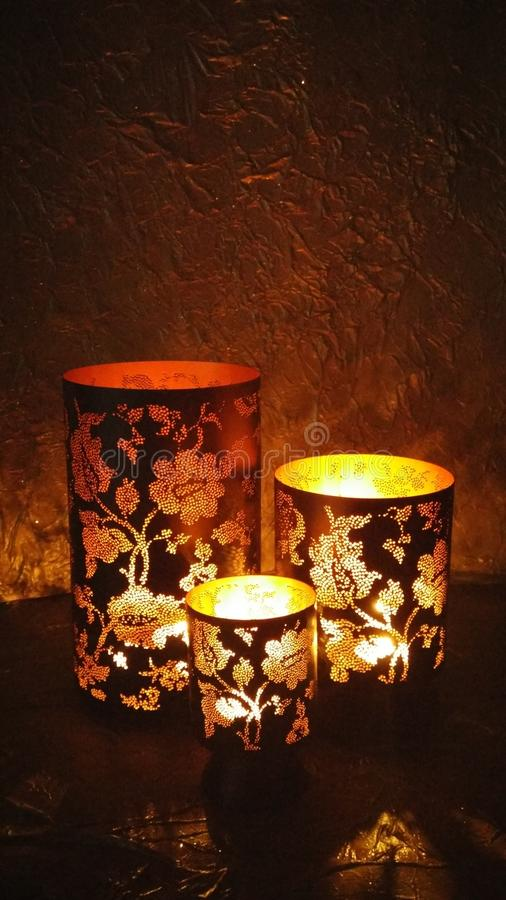 Gloeiende lantaarns in dark royalty-vrije stock afbeelding