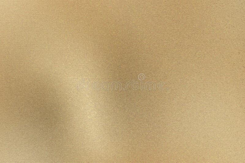 Gloeiende lichtbruine geborstelde metaalmuur, abstracte textuurachtergrond royalty-vrije stock foto