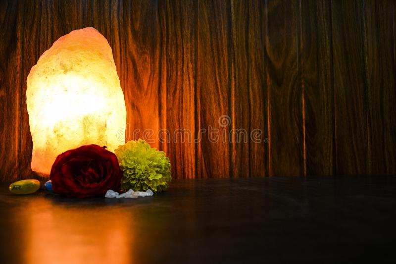 Gloeiende Natuurlijke Zoute Lamp | Himalayanzout royalty-vrije stock foto