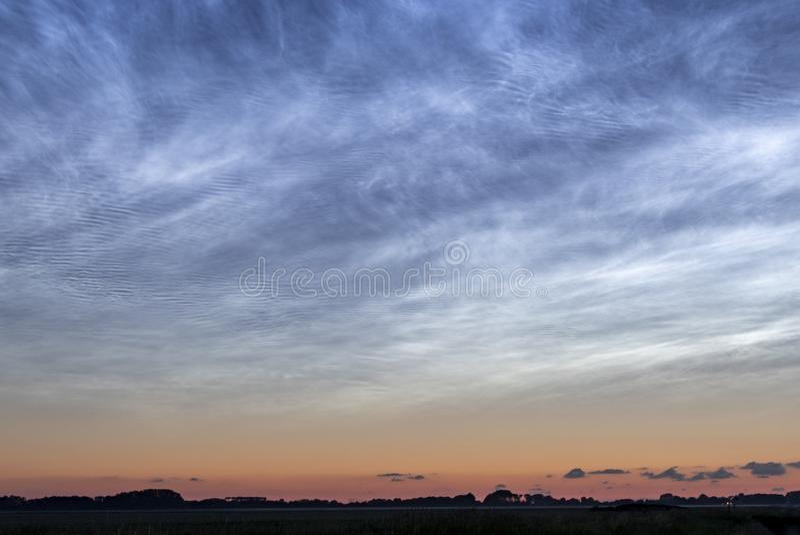 Gloeiende Nederlandse nachtwolken royalty-vrije stock afbeelding