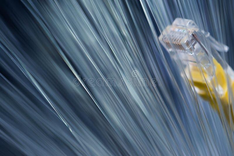 Gloeiende optische vezels, gele Internet-schakelaar, nadruk op de schakelaar, stock foto