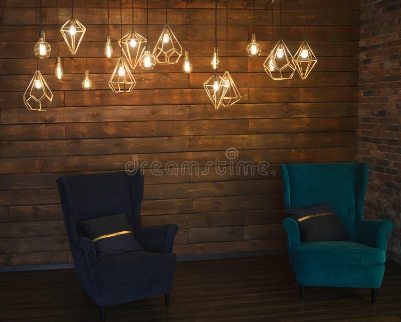 Gloeiende retro Edison& x27; s lampen in een modern stijl binnenlands verstand stock foto