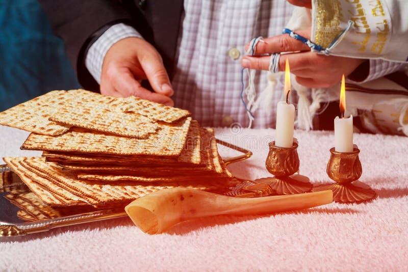 Gloeiende Sabbatkaarsen Selectieve nadrukclose-up op twee kaarsen passover matzah stock afbeelding