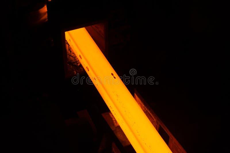 Gloeiende staalbar stock afbeelding
