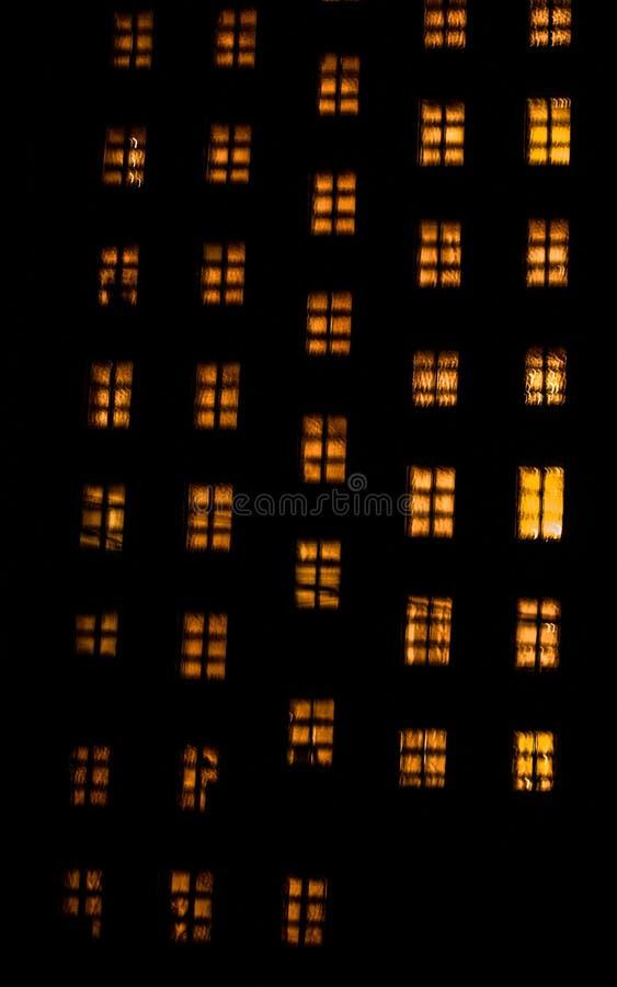 Gloeiende vensters stock afbeeldingen