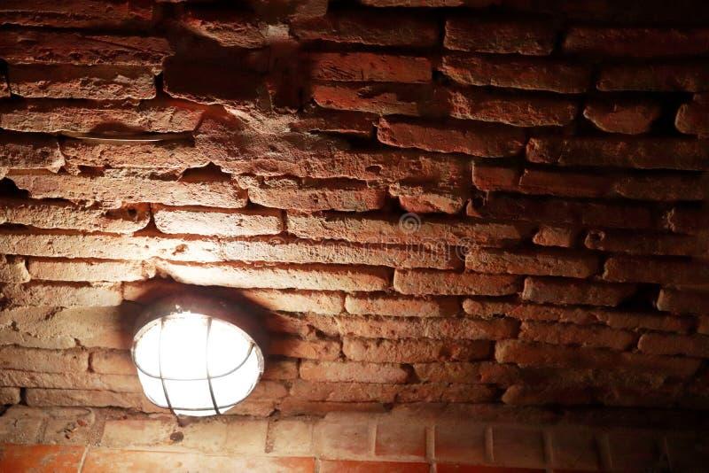 Gloeilamp in baksteentunnel in Wat Umong Changmai Thailand stock foto's