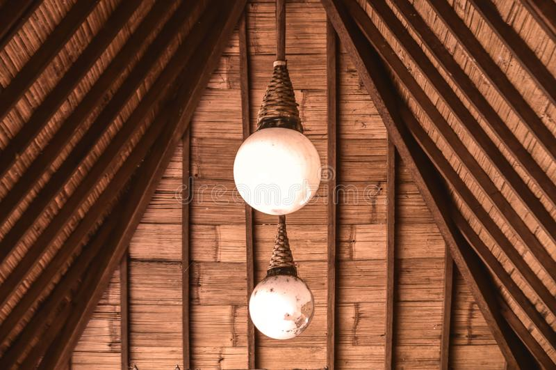 Gloeilamp twee onder het dak stock afbeelding