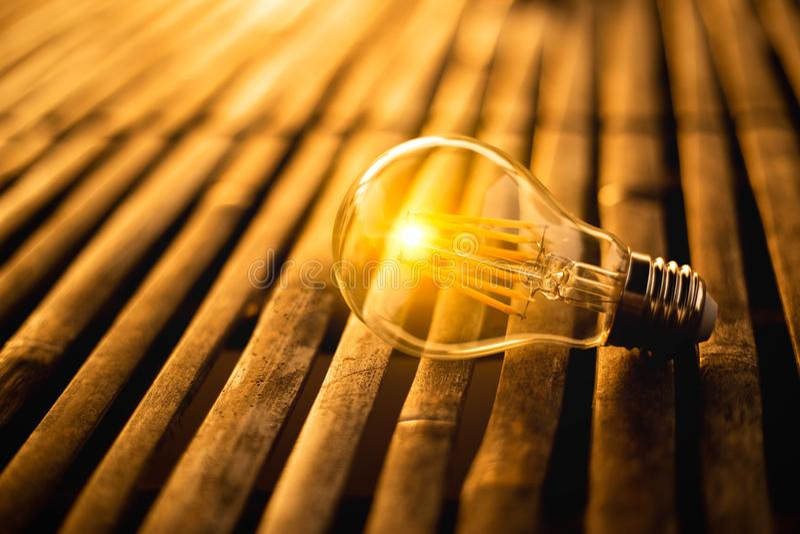 Gloeilamp voor sparen energieconcept Elektriciteit bij nacht royalty-vrije stock fotografie