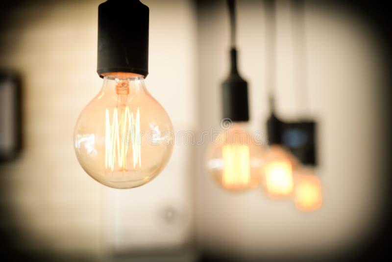 Gloeilampen tegen muurachtergrond het retro luxe lichte lamp gloeien Restaurant moderne binnenlandse gloeilampen royalty-vrije stock foto's