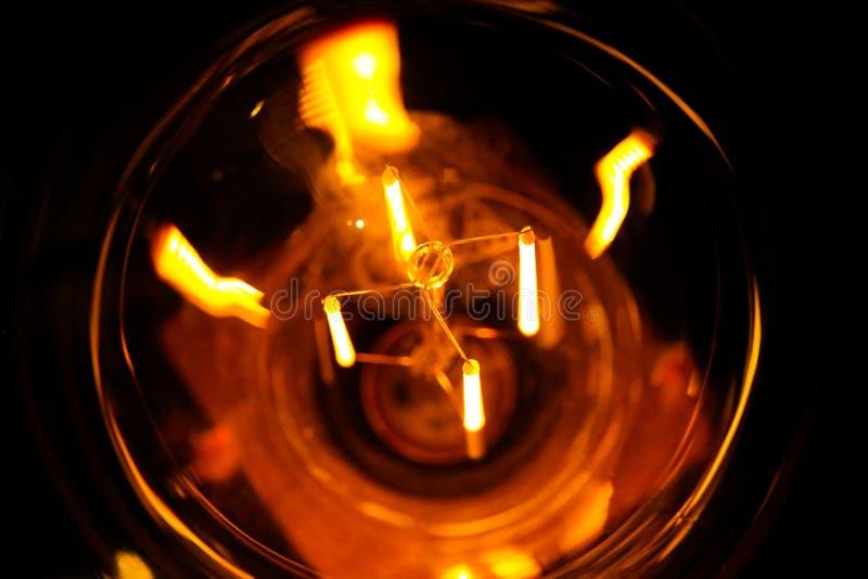 Gloeilampen van Cobbled de klassieke gloeiende Edison met zichtbare gloeiende draden in de nacht stock fotografie