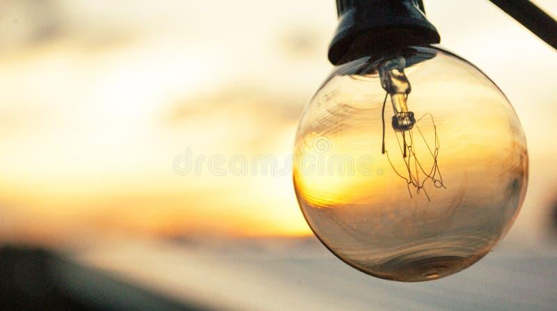 Gloeilampentribunes uit van mooie zonsondergangachtergrond royalty-vrije stock afbeeldingen