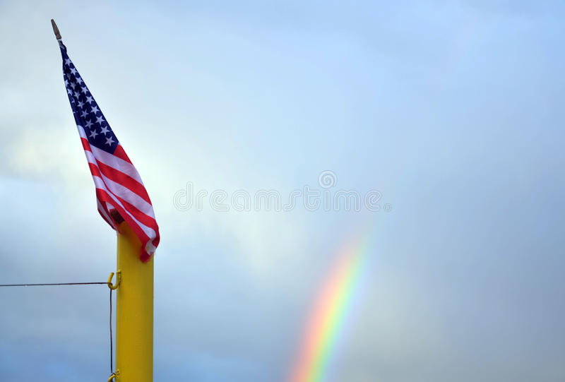 Gloire de drapeau d'US/American vieille devant l'arc-en-ciel images stock